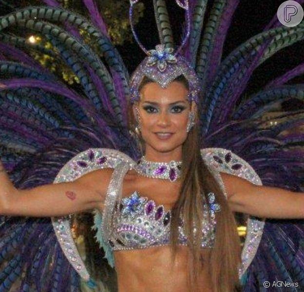 Thaila Ayala desfila pela primeira vez com fantasia Vila Isabel, em 04 de março de 2014: 'Morro de vergonha'