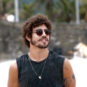 Caio Castro e Felipe Titto posam só de sunga e enlouquecem fãs com tanquinhos