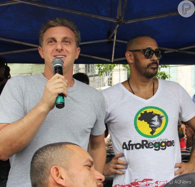 José Junior, líder do AfroReggae, afirmou à revista 'Veja Rio' que Luciano Huck quer se candidatar à Presidência da República