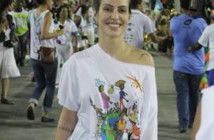 Cleo Pires dispensa a maquiagem para curtir desfile de Carnaval infantil, no Rio