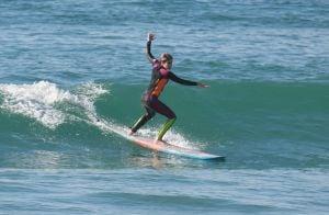 Isabella Santoni é elogiada por professor após 2ª aula de surfe: 'Disciplinada'