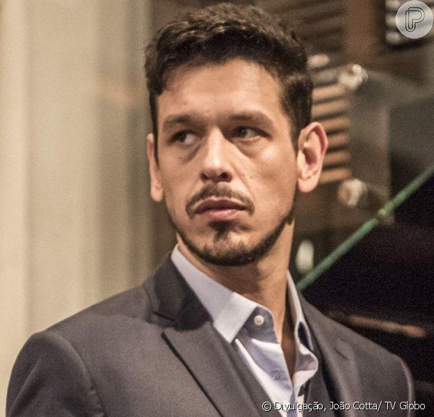 Lázaro (João Vicente de Castro) vai tirar a mãe de Zac (Nicolas Prattes) da cadeia para infernizar a vida de Gui (Vladimir Brichta), na novela 'Rock Story', em 6 de maio de 2017