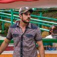 Zeca (Marco Pigossi) vê Jeiza (Paolla Oliveira) ser assaltada e corre para salvá-la, na novela 'A Força do Querer'