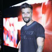 Bruno Gagliasso prestigia feira fitness e explica falta no dia anterior:'Piriri'