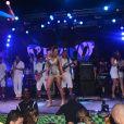 Vina Calmon estreia como vocalista da banda Cheiro de Amor com look de R$ 14 mil, em camarote em Salvador, em 5 de março de 2014