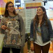 Bruna Marquezine usa look despojado para almoçar com a irmã, Luana, em shopping