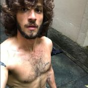 Chay Suede posta foto sem camisa após manhã de exercícios: 'Suada na laje'