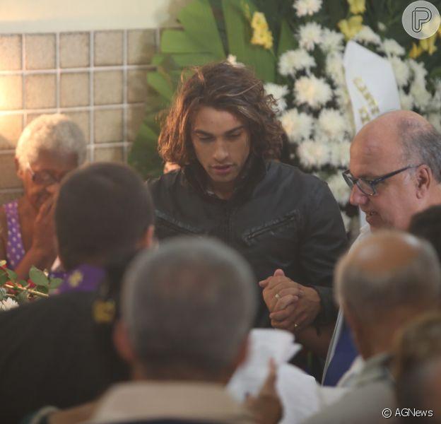 Pablo Morais foi ao velório de Jerry Adriani no Cemitério do Caju, no Rio de Janeiro, nesta segunda-feira, 24 de abril de 2017