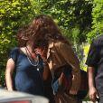 Maria Casadevall abraça a figurinista ao ver paparazzo e dá falso beijo