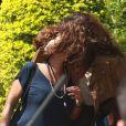 Maria Casadevall se diverte ao abraçar e dar um falso beijo na figurinista Marília Carneiro