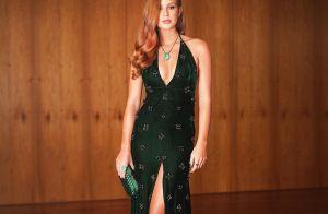 O look de Marina Ruy Barbosa em baile: decote, fenda e bordado à mão. Fotos!