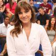 Ao participar do 'Altas Horas', a atriz apostou em um robe  Handred e sapatos da marca Givenchy