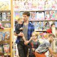 Jonatas Faro foi com o filho, Guy, e um primo em uma loja de brinquedos no Rio