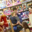 Jonatas Faro se divertiu com o filho, Guy, e um primo em loja de brinquedos na Barra