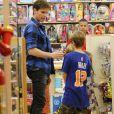 Jonatas Faro vai às compras com filho, Guy, no Rio após ser internado às pressas em São Paulo