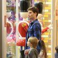 Jonatas Faro passeia com o herdeiro, Guy, em shopping no Rio