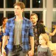 Jonatas Faro, após internação às pressas, vai às compras com filho, Guy, no Rio nesta sexta-feira, dia 28 de abril de 2017