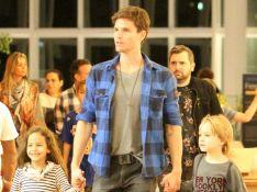 Jonatas Faro, após internação às pressas, vai às compras com filho, Guy, no Rio