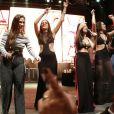 Ex-BBBs Emilly e Mayla sobem ao palco e cantam ao lado da dupla Simone e Simaria