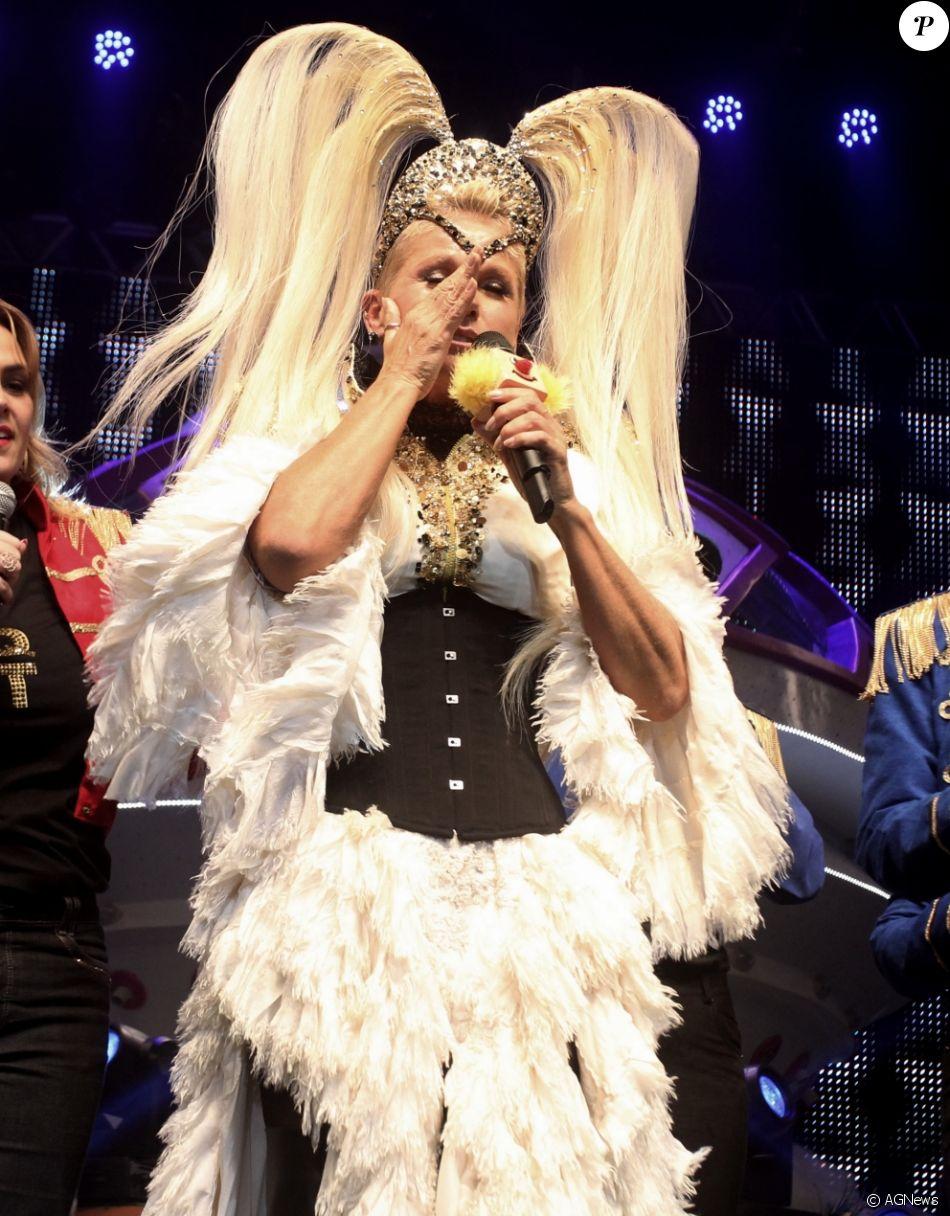 Xuxa Meneghel se irrita e abandona palco durante homenagem à ela em s ua turnê nacional Xuchá