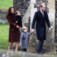 Princesa Charlotte roubou a cena ao usar um look com meia-calça vermelha para missa de Natal em dezembro de 2016
