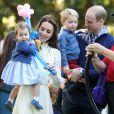 'O duque e a duquesa de Cambridge têm o prazer de compartilhar uma nova fotografia da princesa Charlotte para marcar seu segundo aniversário amanhã', dizia a legenda da foto divulgada nesta segunda-feira, 1 de maio de 2017