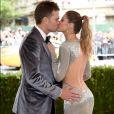 Gisele Bündchen e Tom Brady se beijam ao chegarem ao MET Gala, realizado no Museu Metropolitan, em Nova York, na noite desta segunda-feira, 1 de maio de 2017