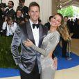 Mão boba de Tom Brady, marido de Gisele Bündchen, rouba a cena no tapete vermelho do MET Gala, realizado no Museu Metropolitan, em Nova York, na noite desta segunda-feira, 1º de maio de 2017