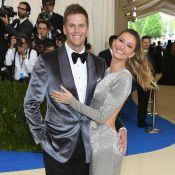 Gisele Bündchen posa com Tom Brady no MET Gala e mão boba rouba a cena