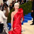 Rita Ora usou look Marchesa no MET Gala, realizado no Museu Metropolitan, em Nova York, na noite desta segunda-feira, 1º de maio de 2017