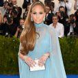 Jennifer Lopez vestiu Valentino para o MET Gala, realizado no Museu Metropolitan, em Nova York, na noite desta segunda-feira, 1º de maio de 2017