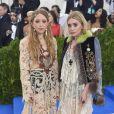As gêmeas Mary-Kate e Ashley Olsen apostaram em looks no estilo boho para MET Gala 2017, realizado no Museu Metropolitan, em Nova York