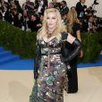 Madonna investiu em um look militar da Moschino no MET Gala, realizado no Museu Metropolitan, em Nova York, na noite desta segunda-feira, 1º de maio de 2017