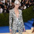 Cara Delevingne usou um conjunto Chanel bordado e superdecotado no MET Gala, realizado no Museu Metropolitan, em Nova York, na noite desta segunda-feira, 1º de maio de 2017