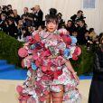 A cantora Rihanna usou look Comme Des Garçons no MET Gala, realizado no Museu Metropolitan, em Nova York, na noite desta segunda-feira, 1º de maio de 2017