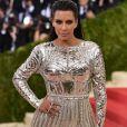 Em 2016, Kim Kardashian chamou atenção com um look metalizado no MET Gala