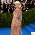 Nas redes sociais, os internautas especularam que a cintura fina de Kylie Jenner era resultado de intervenções estéticas