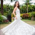 O modelo todo rendado do vestido de noiva de Júlia, em 'Rock Story', tem um decote nas costas e fica rodado em movimento