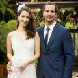 Júlia (Nathalia Dill) e Gui (Vladimir Brichta) se casam em uma cerimônia a céu aberto em 'Rock Story'