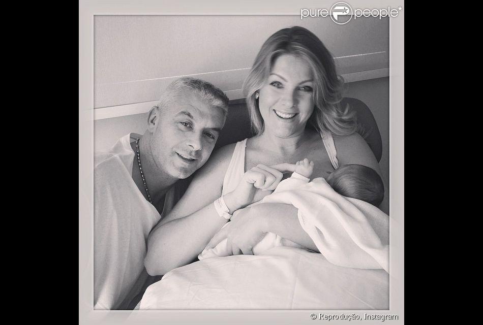 a233476ac53e5 Ana Hickmann deixa o hospital com o filho