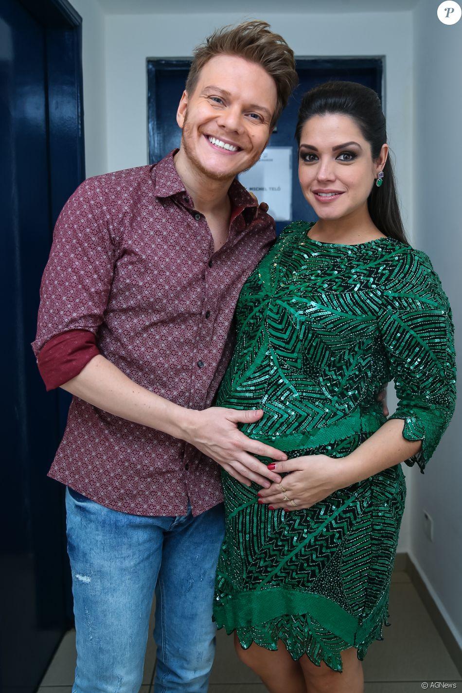 05f5e6cd0249b3 Thais Fersoza, grávida, diz que Michel Teló e filho têm blusas ...
