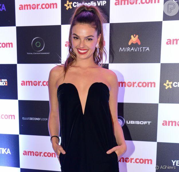 Isis Valverde roubou a cena na pré-estreia do filme 'Amor.com' no shopping JK Iguatemi, em São Paulo, na noite desta segunda-feira, 8 de maio de 2017