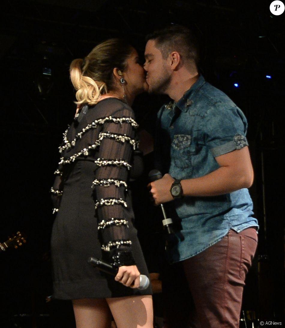 Maria Cecilia ganhou beijo de Rodolfo ao anunciar a gravidez