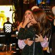 Sophie Charlotte e Thaila Ayala se abraçam durante evento de moda em São Paulo