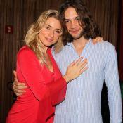 Leticia Spiller posa abraçada com namorado uruguaio em estreia de peça. Fotos!