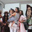 Daniela Albuquerque com sua filha, Alice, fruto de seu casamento com o presidente da RedeTV!, Almícare Dallevo Jr., no aniversário de 3 anos de Lorenzo Gabriel, filho de Luciana Gimenez, em São Paulo