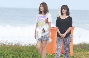 Maria Casadevall caminha com a mãe, Teresa, na orla da Barra, no RJ. Fotos!