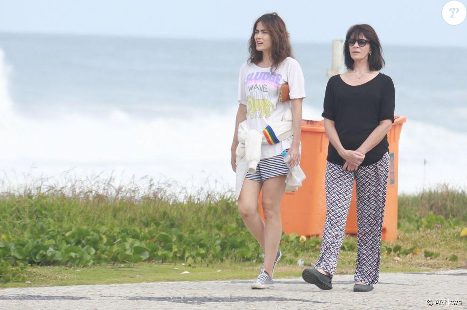 Maria Casadevall caminha com a mãe, Teresa, na orla da Barra nesta terça-feira, dia 16 de maio de 2017