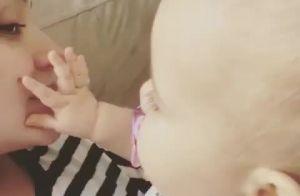 Thais Fersoza filma filha, Melinda, apertando sua pinta: 'Descobriu hoje'. Vídeo