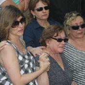 Nicette Bruno se emociona no enterro do marido, o ator Paulo Goulart, em SP